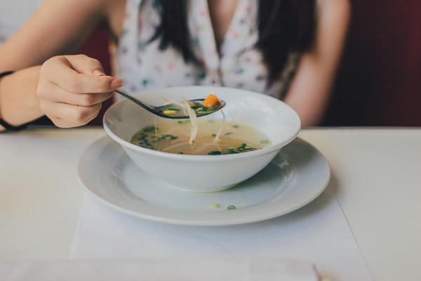 喝湯,用餐,吃飯,客人,餐廳(圖/取自免費圖庫stocksnap)