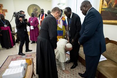 「發自內心懇求和平」!教宗突然下跪 親吻南蘇丹領袖鞋子