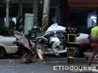 驚悚! 轎車自撞「包電桿」成廢鐵 酒駕男斷腿昏迷