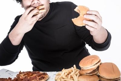 吃播主「6個月狂嗑肉」暴增40公斤!直播前突暈眩發麻 送醫搶救7天身亡