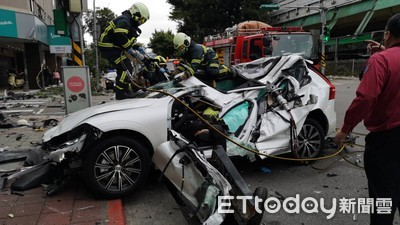 影/上路才第一天...休旅車噴飛1樓高「板金炸裂」全毀 駕駛遭夾命危