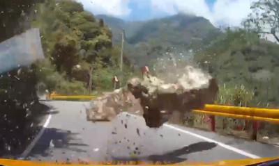 男女過中橫尖叫「有地震」 7秒落石暴砸!差0.5秒閃過靠他「神反應」