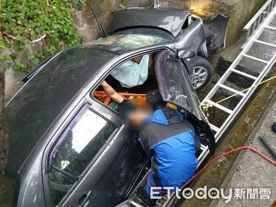 玉井警搜尋失車 意外搶救駕車掉落山溝重傷待救民眾