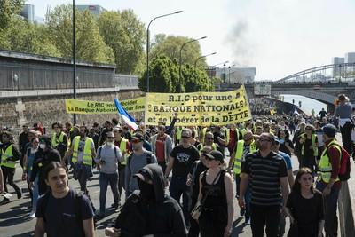 政府只顧救聖母院 9000名黃背心民眾湧巴黎:窮人也要管!