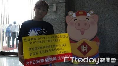 獨/哭了3天…12歲小韓粉「吵爸帶我來高雄」 南下議會舉牌:永遠挺韓國瑜阿伯