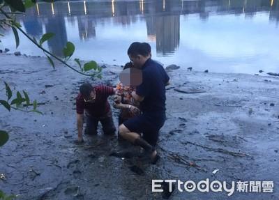 快訊/女子站河堤邊...一躍而下 勇警衝入水中一把救起