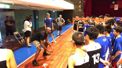 新台灣人戴維斯 首次造訪宜蘭推廣基層籃球