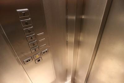 她拎包裹進電梯 才提醒「小心感應器」下秒誤觸…半身塞縫夾成斷屍
