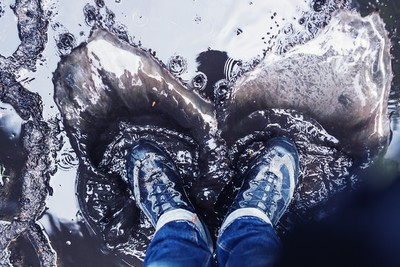 下雨鞋濕腳臭!她「泡醋消臭」紅腫脫皮 網傳偏方哪個有效?醫曝關鍵