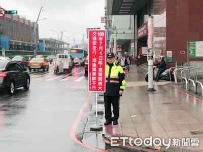 酒駕新法7月上路「酒駕最重判無期」 基隆警路口舉牌宣導超吸睛