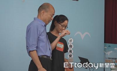 韓國瑜第五度被嗆「做好做滿愛高雄」 第六個學生拿防蚊標語 ... 沒成功