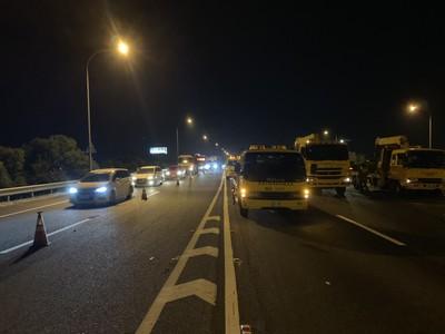 2貨櫃車擦撞翻覆國道一號235K 「2駕駛輕重傷」車流回堵2公里