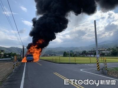 宜蘭礁溪一輛大貨車火燒車 濃煙直衝天際