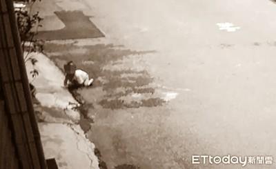 影/孩子爬到大馬路險被車撞!民眾急忙抱起尋母 她一臉無所謂接回屋內
