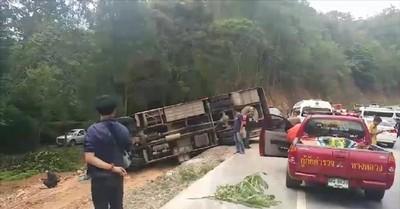 泰國遊覽車過彎失控「向外翻滾」 10陸客傷「3人重傷」