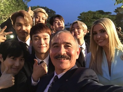 EXO出席青瓦台晚宴! 伊凡卡秒變迷妹「手捧簽名專輯」眼睛發亮