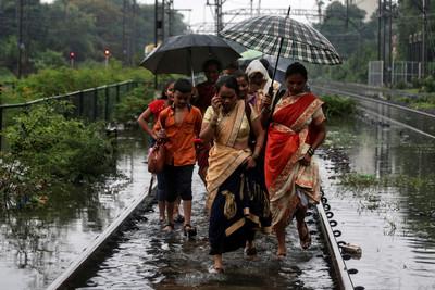 24hrs猛灌375毫米!孟買暴雨全城癱瘓 房屋狂塌至少30死
