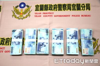 影/搶老翁54萬元…手機掉落 搶匪回現場找還假裝「我是目擊者」