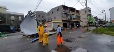 台南仁德發生龍捲風 「吹掀鐵皮、壓斷高壓電線」幸無傷亡
