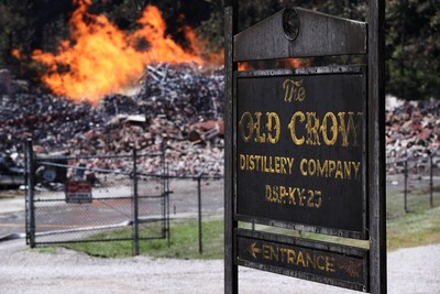 一道雷劈來!「45000桶」金賓波本威士忌被火吞噬 足球場大倉庫燒成灰燼