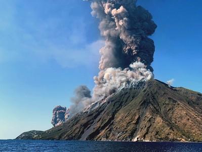 「天降火雨」義大利小島火山噴發 居民嚇壞:感覺像在地獄