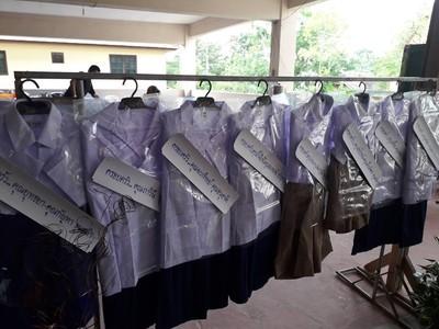 告別式掛一排8件小學制服代替花圈 喪家「辦完送貧童」獲讚