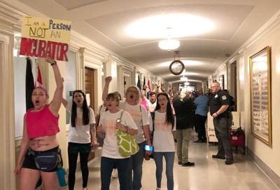 「美國子宮」攻防戰 ACLU集結10萬人公投墮胎禁令