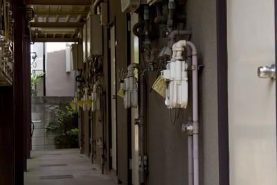 月薪2.3萬壓力大…39歲夜班女作業員伴母屍1年沒發現 房東進屋打掃嚇壞