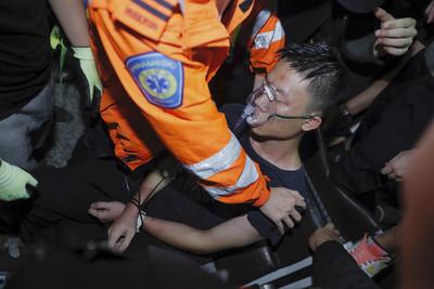 快訊/百名港警衝入機場救陸客 一度拔槍、噴辣椒水驅離示威者