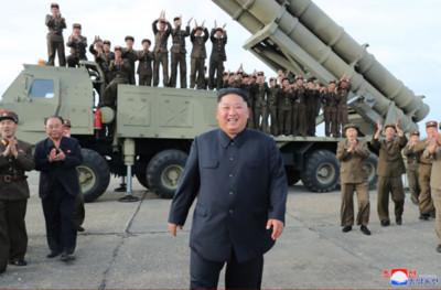 心情不滿就狂射!金正恩視察「超大型多管火箭發射器試射」表情超滿意