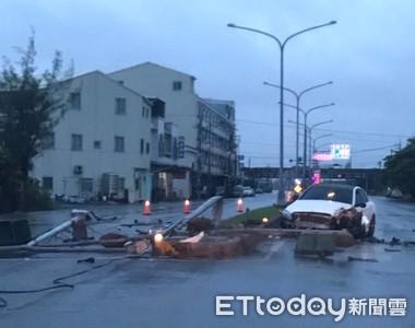 颱風夜與女友吵架!男駕車散心「失控撞斷路燈」 警救援意外撿到槍