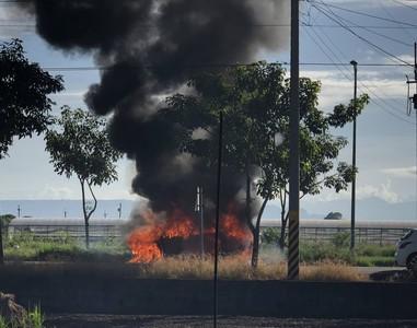 汽機車撞擊瞬成火球騎士噴飛命危 駕駛黑煙中搏命衝出驚險逃死