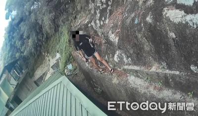 「我困在很高的地方!」妙齡女爬大屯山滾落山坡 緊貼陡峭山壁求救