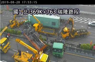 快訊/國道1號瑞隆路段重大事故!砂石車翻覆至對向車道2人送醫