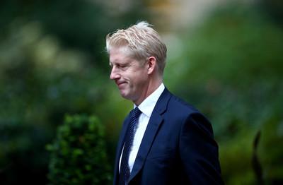 英首相強生遭國會「2輪重擊」 胞弟跳船辭議員、閣員