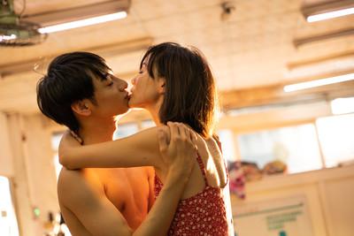 鍾瑶熱吻小11歲半裸男 身份曝光...原來是入圍金鐘新人的「男版簡嫚書」