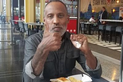 川普被騙仍頒「英雄獎」 50歲男「汽水瓶轉移德州槍手注意力」被踢爆:謊言