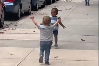 才2天不見!2小男童大街「飛奔」緊緊相擁...網融化:最純真友誼