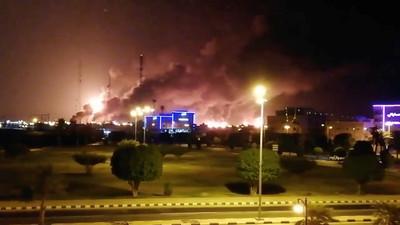 沙國2煉油廠遭無人機攻擊起火「每日石油減產50%」!將衝擊油價