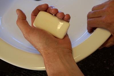 別太依賴酒精!「肥皂洗手」效果有多狂 醫一張圖驚見「病毒秒溶解」