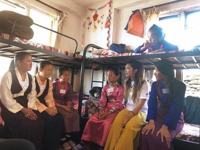 醫學生太窮趴在床上寫功課 美女登山客為尼泊爾貧童招募志工