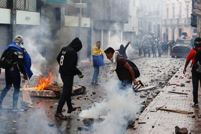 厄瓜多減少燃油補貼 運輸工人罷工遭催淚彈驅趕