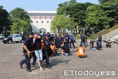 打起來了!街頭鬥毆民眾圍觀 南警快打演練展現打擊犯罪決心