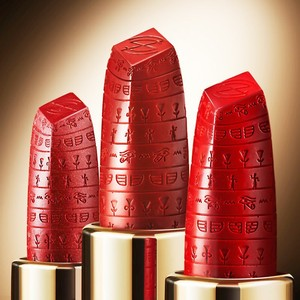 大英博物館聯名「埃及豔后口紅」 唇膏上刻滿古埃及文
