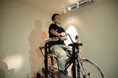 踩腳踏車就有「抱緊處理」!駁二裝置藝術開放光棍節取暖