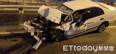 快訊/逆衝交流道!聯結車相撞小車「從頭爛到A柱」 乘客慘死