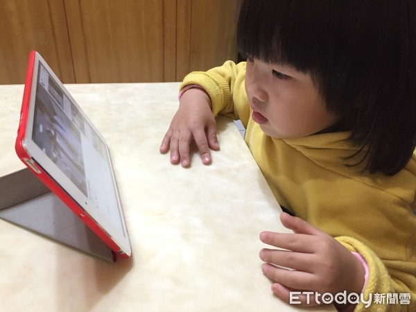 小孩看3C。(圖/記者趙于婷攝)