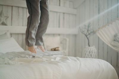 凌晨嚇醒!租屋哥借錢「隨時扣扣扣」:搞到樓上來求饒 網開眼界:加倍奉還