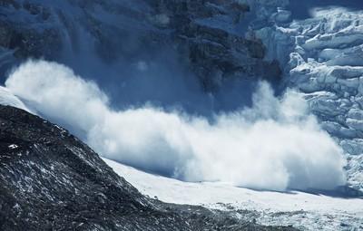 慢跑途中遇「絕命大雪崩」! 淡定哥邊跑邊自拍嚇壞全網
