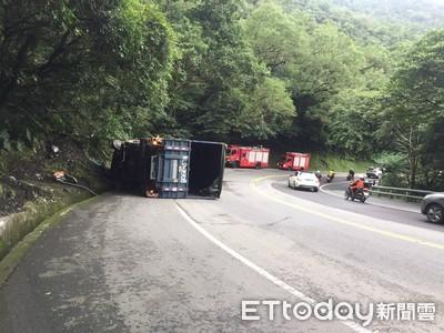 臺灣9鼎線10.5噸卡車自撞山牆!1名男子,2名婦女一度被困,碎片從駕駛座噴出